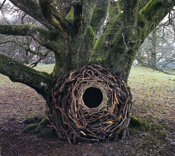 Andy Goldsworthy est un artiste célèbre qui travaille sur le land-art en modifiant le paysage pour créer des sculpture a la fois éphémères et géométriques dont il prend des photographies pour en garder la trace. Une collection de ses travaux les plus anciens se trouvent ici. Un documentaire en anglais sur son travail :