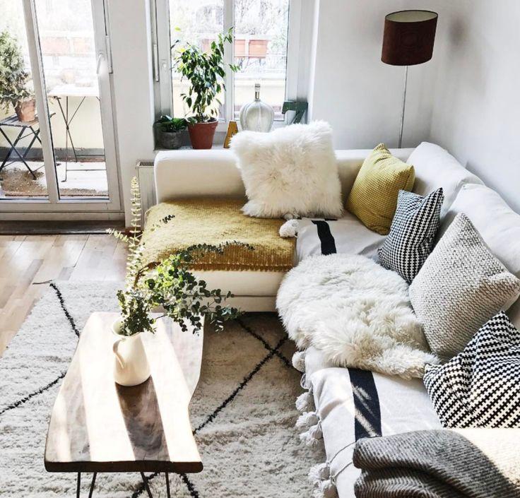 Gemtlicheshelles Wohnzimmer Mit Hellem Sofa Und Vielen Kissen In Berliner Kiez