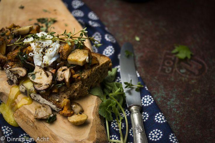 Waldpilze auf Bauernbrot mit pochiertem Ei | Dinner um Acht