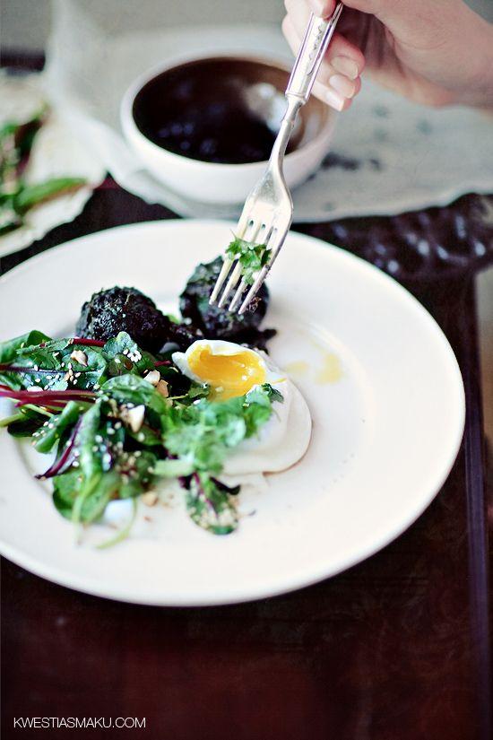 Kulki z ryżu i szpinaku, podane z jajkiem w koszulce i sałatką z młodej botwinki.