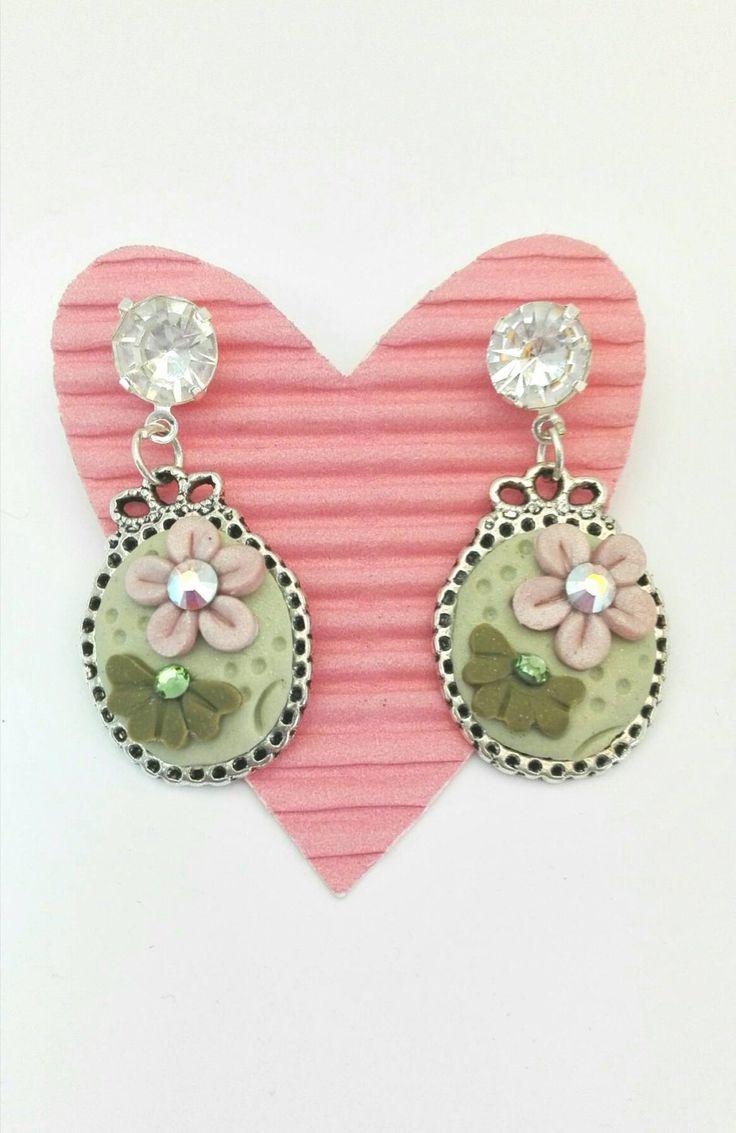 Orecchini in pasta polimerica con fiore rosa e fiore verde di Amacreazioni su Etsy