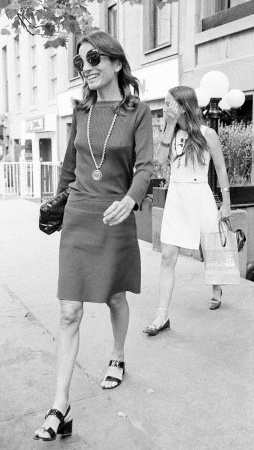 Lee Radziwill leaving Serendipity 3 with daughter Tina, 1973