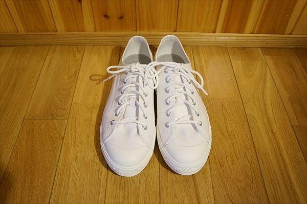 白 スニーカーメンズ、レディースでおすすめ! 靴紐でさらにコーデ&着こなしもお洒落!無印 口コミ  快適なライフスタイル@生活にちょっぴりスパイスを