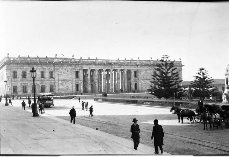 [Plaza de Bolívar] / Anónimo / c.a. 1910 / Fondo Luis Alberto Acuña Casas / Colección Museo de Bogotá: MdB 00162 / Todos los derechos reservados