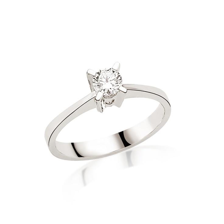Inelul de logodna LRY204 are un diamant de 0.60 carate, una dintre cele mai frumoase pietre la inelele La Rosa. Cu montura inalta si forma clasica, diamantul este elementul special al acestui inel. Mai multe detalii aici http://www.bijuteriilarosa.ro/inel-logodna-lry204
