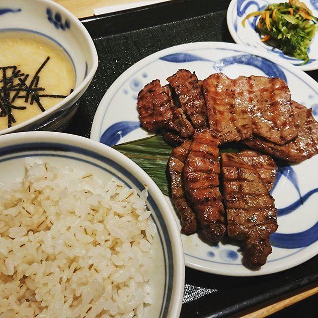 牛タン定食。三種盛り。#肉 #肉部 #牛タン #牛タン定食 #とろろご飯 #テールスープ #横浜駅