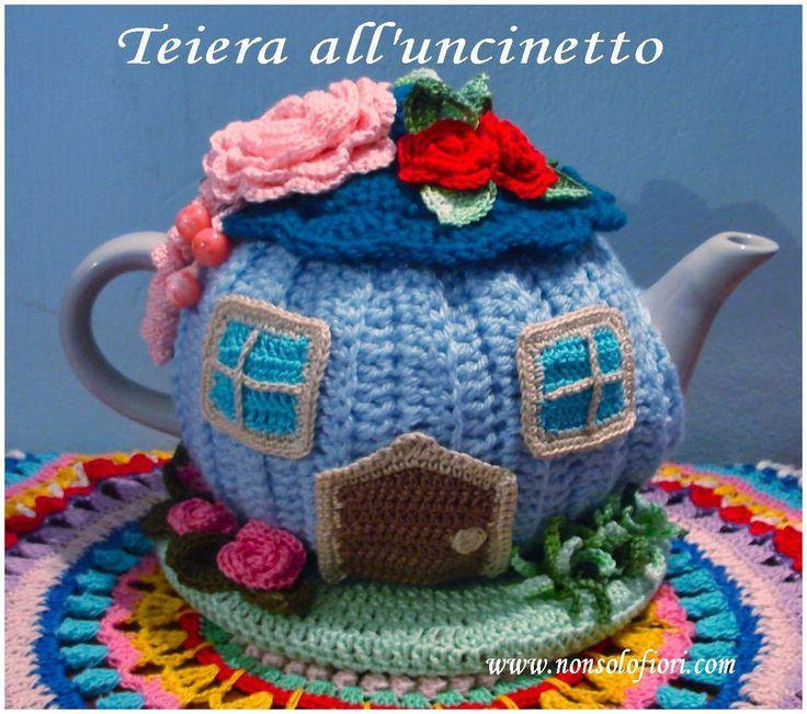 🌸Teiera/casetta rivestita all'uncinetto 🌸 www.nonsolofiori.com #teiera #uncinetto #teapot #crochet #tetera #ganchillo #casetta #home