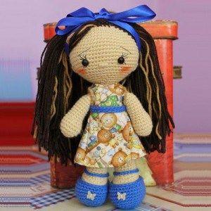 Muñeca cabeza grande, patrón amigurumi gratis de esta bonita muñeca con vestidito y pelo largo.