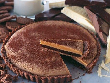 Lyxig chokladkolapaj. Recept på chokladpaj som inte behöver bakas i ugn. Chokladpajen är mäktig - chokladkola i två lager samsas i ett pajskal av chokladkakor.
