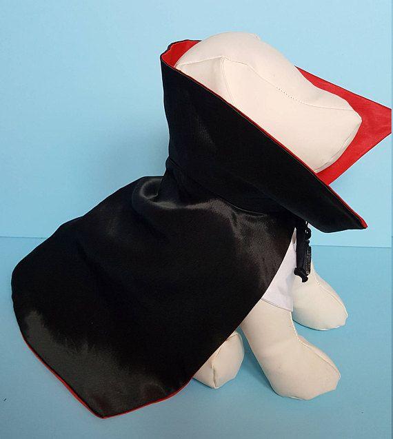 Este es un lindo traje para su bebé peludo. Este traje se hace de Satén; Tiene 2 piezas. La blusa delantera que está hecha de blanco satén; tiene botones en el frente. El cuello de la camisa es blanco satinado y tiene un cierre de Velcro en la parte posterior del cuello para mejor ajuste.