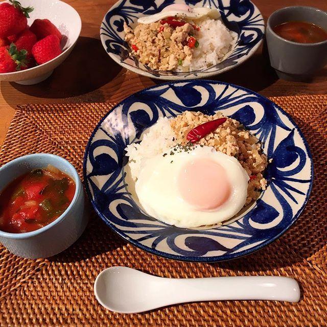 . 昨日は #弍ノ弍 で飲んで 今日は半ドン!昼は #魚忠  そして、夜はおうちごはん マコと妹と3人ご飯〜 マコちゃんリクエストのガパオライスを。 誰もガパオライス食べたことないのに… トマトスープも作りました。 . . .  #おうちごはん #夜ご飯 #食卓 #ガパオライス #トマトスープ  #トマト #肉 #燃焼スープ #デブエット #ワンプレート #目玉焼き #いちご #いいね #ありがとう #福岡 #cooking #food #iphone  #撮影 #デリスタグラマー #なりたい