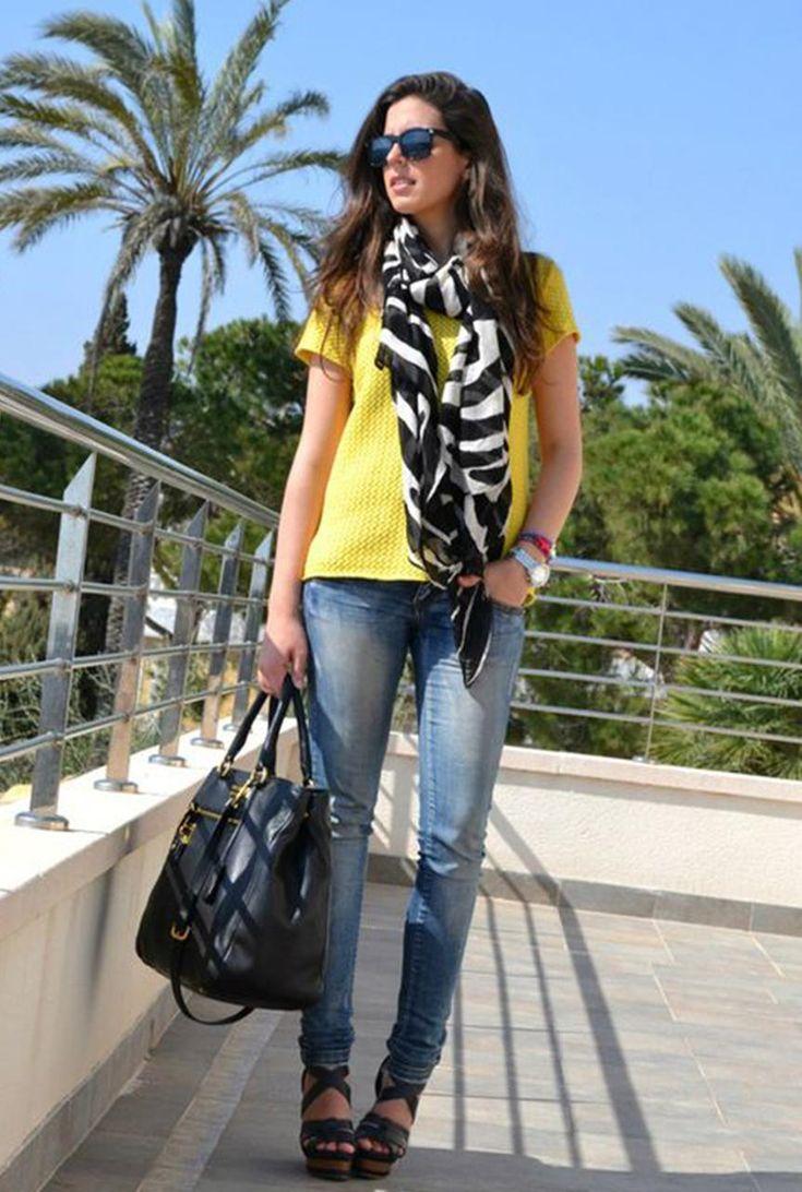 Conjunto camiseta amarilla, pantalones tejanos azules, sandalias negras, bolso negro, pañuelo multicolor y gafas negras #misconjuntos #conjuntosmoda #modafemenina #fashion #style #looks
