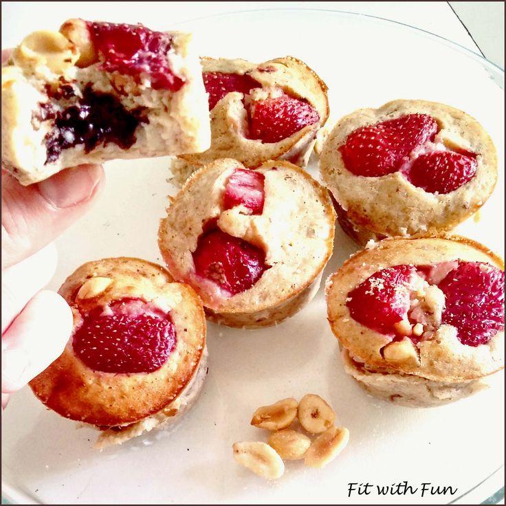 Muffin Proteici alle Fragole con Cuore di Cioccolato. Non si può resistere a cotanta bontà soprattutto se ha così poche calorie e grassi. Assaggia...