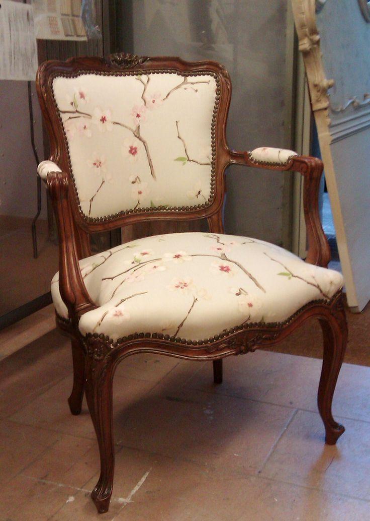 Sill n de pata curva barnizada color nogal y tapizada en for Telas para sillones