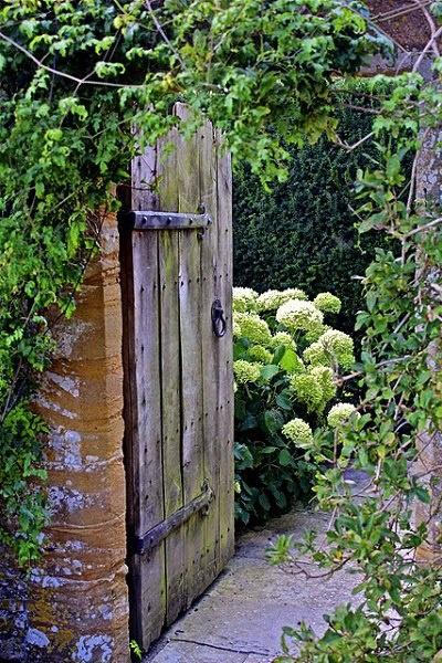 buscar madera vieja y hacer una puerta para jardin