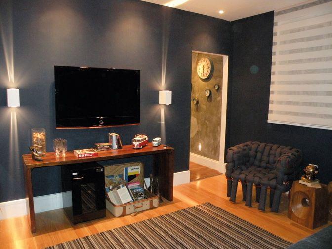 Como Montar Uma Sala De Tv Simples ~ pintou a parede de fundo em um tom de azul marinho, um método simples