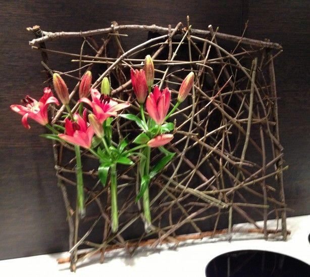 Takken samenbinden, 3 pipetten van bij AVEVE vasthechten met ijzerdraad en bloemen ... Mijn schoonmoeder was heel tevreden met mijn zelfgemaakt bloemstuk!