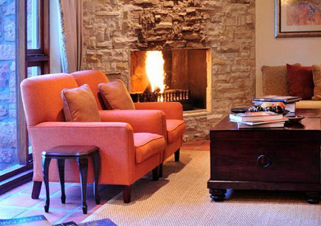 Die knus sitkamer by Sondela Country House spog met 'n lieflike kaggel.