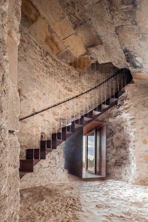 Een uitkijktoren uit 1763 op het Spaanse eiland Formentera is door Marià Castelló Martínez gerenoveerd en weer toegankelijk gemaakt met enkele hedendaagse maar passende interventies.
