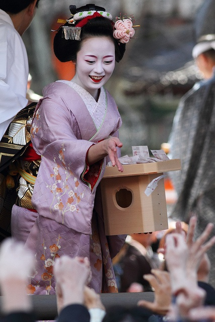 Mamemaki by Maiko-san by Teruhide Tomori (busy in Tokyo), via Flickr