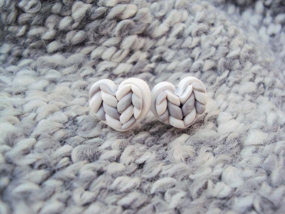Gris tricoté coeur boucle d'oreille clous argile par MyMiniMunchies
