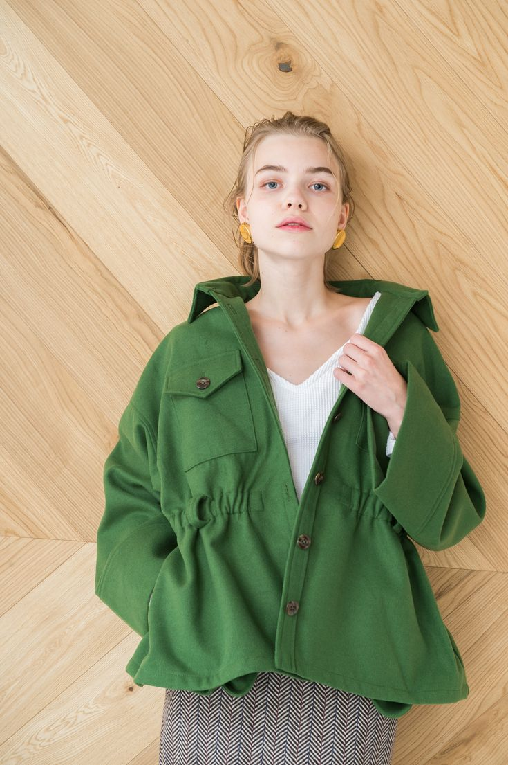 ミリタリースタイルのジャケットコート。広い袖口がポイントで厚手のニットも中に着込んでいただけます。ビッグシルエットの中にもウエストのシャーリングがポイントになった女性らしいデザインです。 C