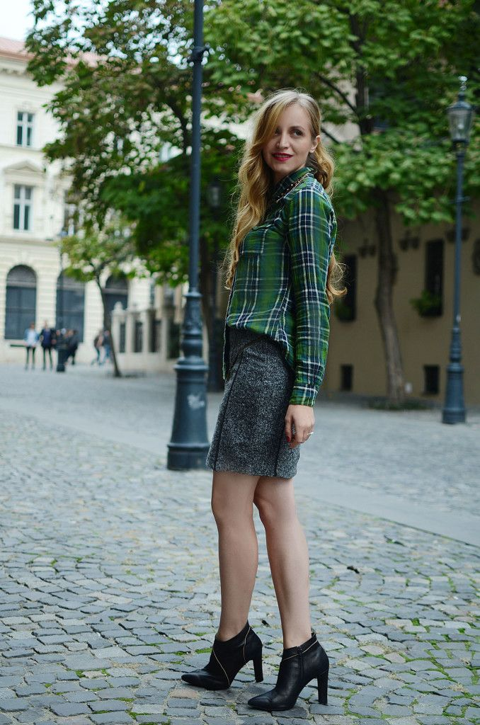 Street style fall outfit with plaids shirt and black boots