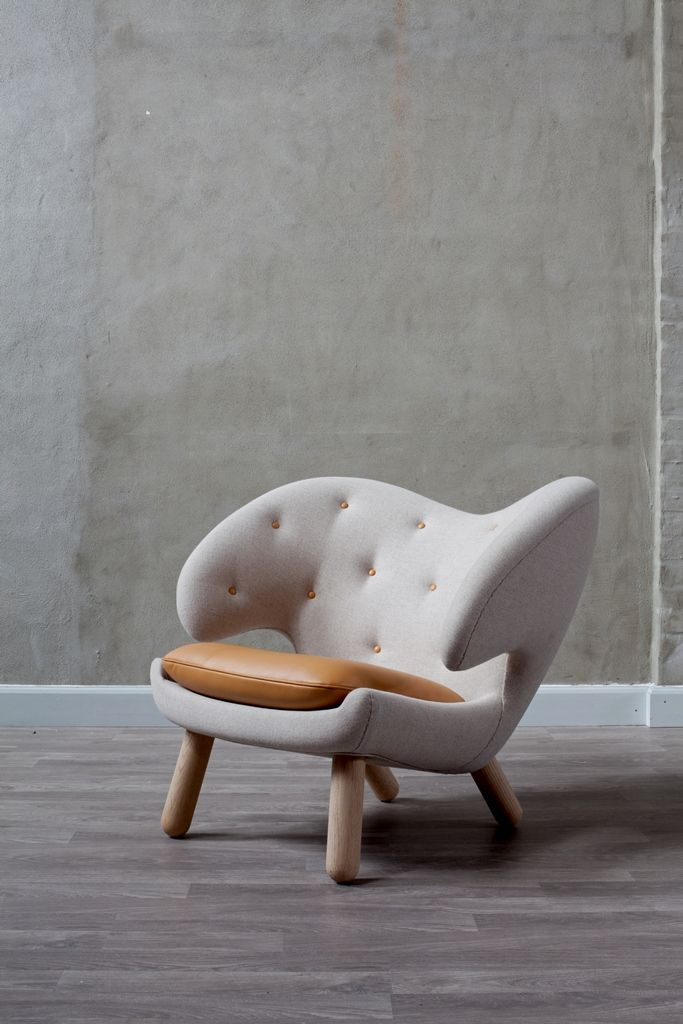 The Pelian chair designed by Finn Juhl. The organic shape of the Pelican is strongly influenced by Finn Juhls passion for modern art. The chair is produced by Onecollection.