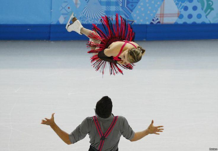 Atlit Kanada Paige Lawrence dan Rudi Swiegers bertanding dalam program pendek Figure Skating Pairs di Olimpiade Musim Dingin Sochi 2014 di Rusia.