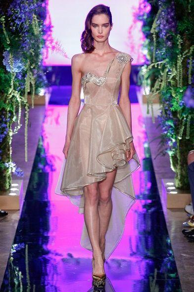 Guarda la sfilata di moda Guo Pei a Parigi e scopri la collezione di abiti e accessori per la stagione Alta Moda Autunno-Inverno 2017-18.