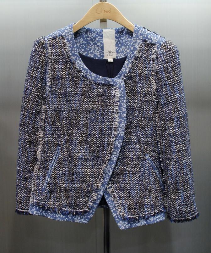 짧은 기장과 데님의 잔잔한 꽃무늬 패턴이 앙증맞은 트위드 집업 재킷, 오즈세컨 @ 현대백화점 목동점
