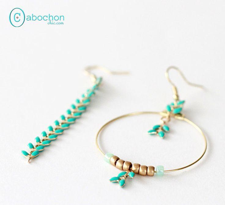 Boucles d'oreilles asymétriques, chaîne émaillée, Mint : Boucles d'oreille par cabochon-chic
