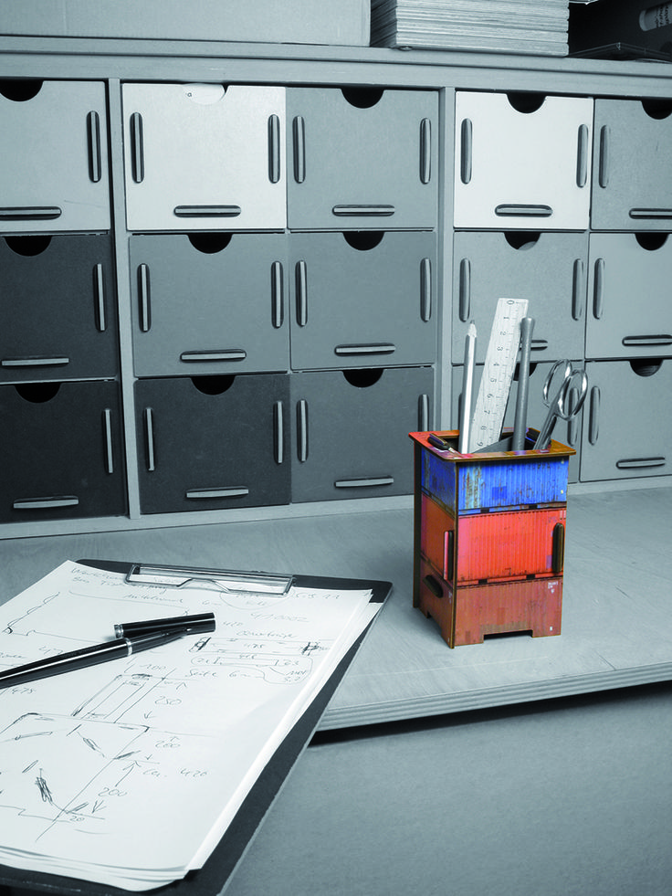 Die Werkhaus Twinbox kommt wie ein Mini-Photohocker daher, braucht sich aber keineswegs zu verstecken. Für das pfiffige Steckkästchen gibt es zwei austauschbaren Deckel und es bietet Ihnen damit zwei Nutzen: Stiftebox oder Spardose. Die Twinbox besteht aus stabilen Holzfaserplatten (MDF), kaschiert mit hochauflösendem Digitaldruck, und in Form gebracht durch das Original-Werkhaus-Stecksystem.  http://www.werkhaus.de/shop/index.php?cat=c463_Twinbox-Twinbox.html