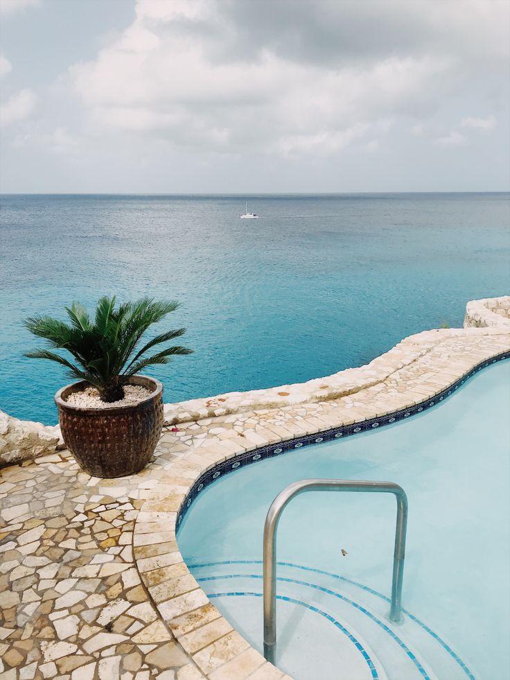 LAGUN, CURAÇAO. Curaçaolla kiirettä ei ole. Ei edes sen käsitettä, koska aikaa ei ole, eikä määränpäätä. Kiirein meininki lienee autoa pakoon pinkovilla iguanoilla.