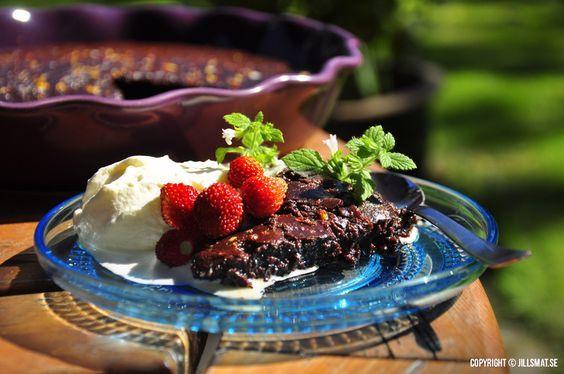 En fantastisk god och krämig chokladkaka med sting av chili. Servera gärna tillsammans med fluffig grädde och färska...Läs mer