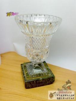 Metszett kristály váza. Egy 1976-os sportesemény díja.