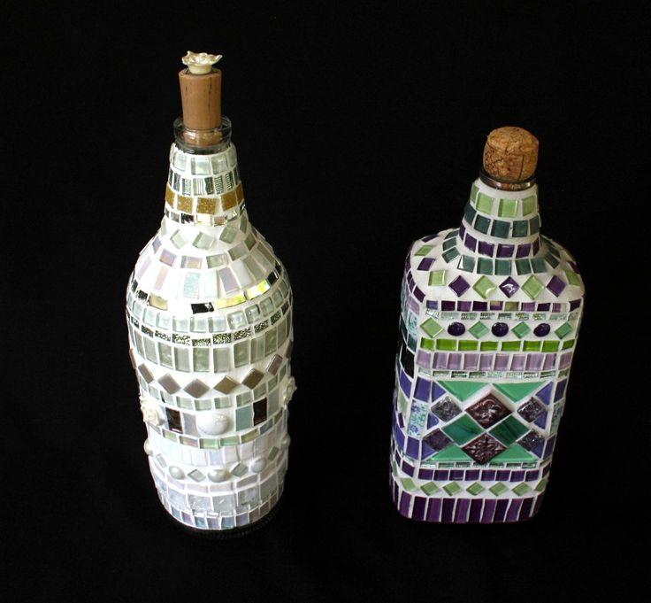 Tons de branco e pérola mesclam a composição dessa garrafa inteiramente revestida em mosaico. Tem ainda espelhos, gemas, pérolas e flores em tons nude.  Um objeto decorativo que dará um charme a mais em vários ambientes, compondo um detalhe numa bela estante ou mesmo num nicho especial da sua coz...