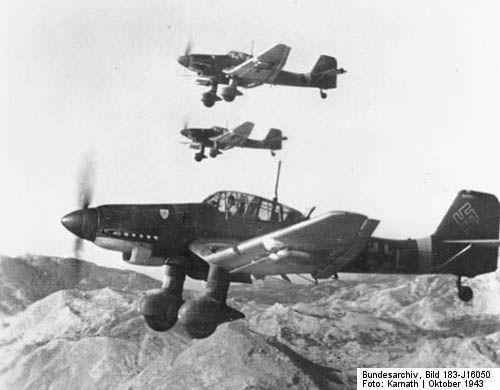 Blitzkrieg Het nieuwe plan van Hitler was een snelle oorlog met goeie luchtmacht: Blitzkrieg. Het idee was om zo snel mogelijk delen te veroveren zonder dat de inwoners zich konden voorbereiden. We hebben deze afbeelding hierbij gekozen omdat je hier de luchtmacht van de Duitse Nazi ziet die toen werd ingeschakeld om zo snel mogelijk gebieden te veroveren.