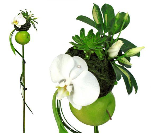 Phalaenopsisorkidé, taklök, garn, lisianthus och araliablad. http://holmsundsblommor.blogspot.se/2014/04/brudbukett-med-apple.html