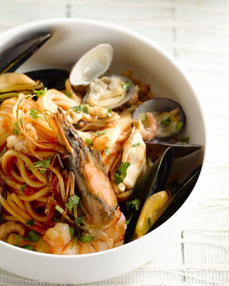 Deze prachtige spaghetti is overheerlijk met al die lekkere zeevruchten: mosselen, inktvis, grijze garnalen, gamba en venusschelpen. Een echte feestklassieker!