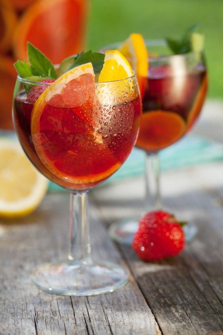 Det här en festlig sommardrink som passar på alla partyn. Blanda med Blossom Hills rosévin som ger sangrian en väldigt god smak. Blossom Hill kan du bestäl