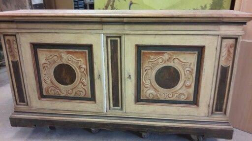 Credenza con laccatura anticata e piano in marmorino