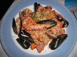 http://ryby.bonapetit.pl/zaglowki-z-ryby-w-ciescieskład na łososia z sosem grejpfrutowym: 750 g filetów z łososia ½ cytryny  słonecznikowy czy też masło do smażenia 1 łyżka masła ½ szklanki gęstej śmietany grejpfrut sól, pieprz szczypta cukru 1 łyżka posiekanej natki pietruszki 3 jajka 1 łyżka mąki zakończenie  łososia z sosem grejpfrutowym: Filety z ryby skropić sokiem z cytryny, posolić, obtoczyć w mące natomiast smażyć na rozgrzanym oleju z obu