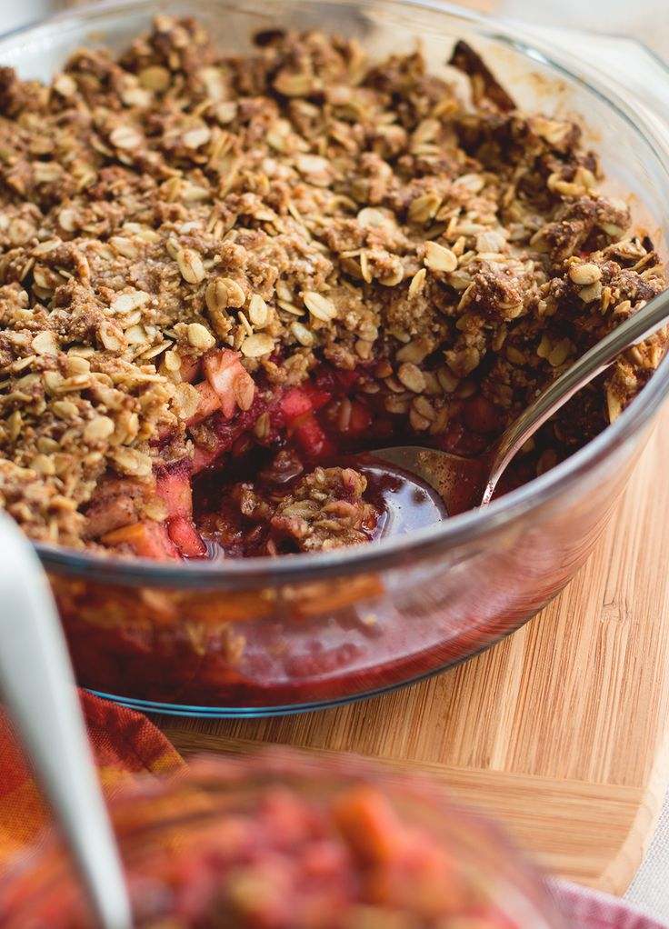 Cardamom Raspberry Apple Crumble - delicious and healthy twist on regular apple crumble. The cardamom with combination with the raspberries give it a great flavor and the oats a great crunch. (Vegan and Gluten-free!) | The Healthful Ideas