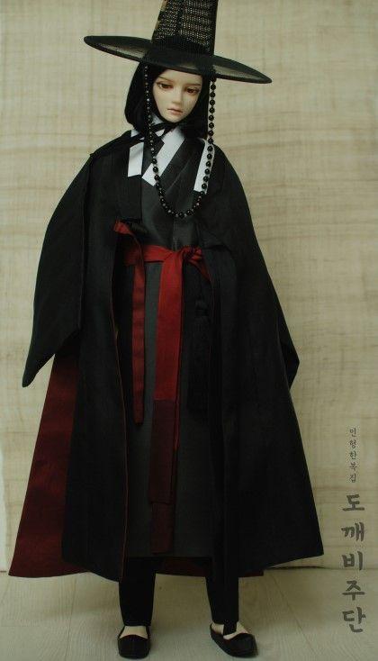 저승사자 의상 흑운입니다. 검정색, 먹색과 함께 안감과 허리대대에 어두운 빨강, 자주색을 써서 고급스러...