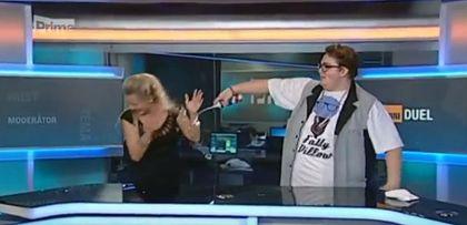 """Fatty Pillow """"postříkal"""" šlahačkou moderátorku TV Prima"""