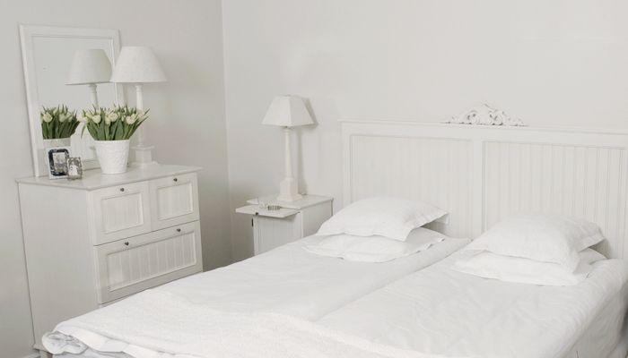 Sovrumsinspiration med möbler från Kallholmens romantiska möbelserie Prästgården.