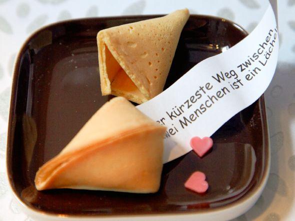 Glückskekse kennen wir aus dem chinesischen Restaurant unseres Vertrauens und an Silvester auch zum Jahreswechsel. Backt eure Glückskekse dieses Mal einfach selbst und lasst in Sachen Sprüche eurer kreativen Seite freien Lauf.