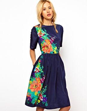 Vestido a media pierna con estampado floral y botón en la cintura de ASOS