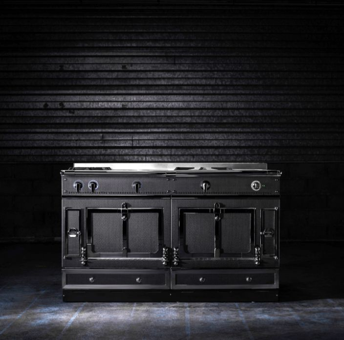 How fabulous is this Chateau 150 range cooker in Carbon by La Cornue! Matt black panels paired with a stainless steel trim or a steel trim in a black-tinted finish cut a striking look, making this the perfect statement appliance for your new kitchen.